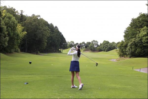 ゴルフ初心者飛距離女性1